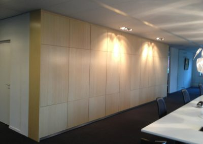Kastenwand uitgevoerd in blank gelakt Bamboe fineer
